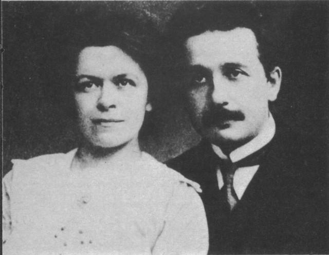 1912년의 알베르트 아인슈타인(오른쪽)과 그의 첫번째 부인 밀레바 마리치. 두 사람은 1903년에 결혼했고, 1919년 이혼했다. - 작자 미상(위키미디어) 제공